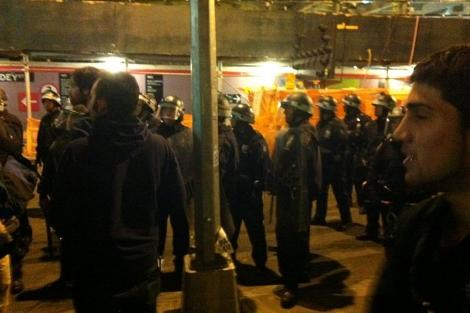 Agentes durante el desalojo del campamento de 'indignados' de Nueva York.|Ap