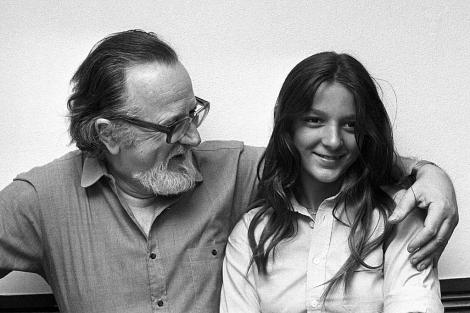 El fallecido escritor chileno José Donoso (i) con su hija Pilar en una foto de 1980. | Efe