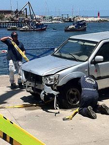La camioneta rescatada del mar. | Emol.cl