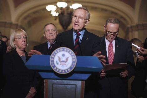El líder de la mayoría en el Senado, Harry Reid (c), explica las medidas adoptadas. | Ap