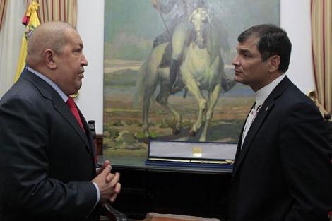Los presidentes Hugo Chávez (i) y Rafael Correa, durante la cumbre de la CELAC. | Reuters