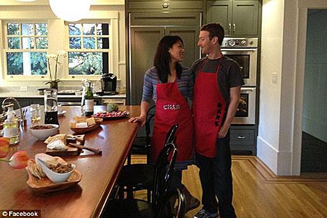 Zuckerberg y su novia en la cocina de su mansión. | Facebook