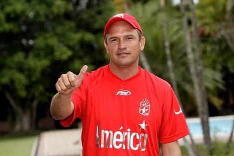 Wilson Piedrahita posa con la camiseta de entrenamiento del América de Cali.