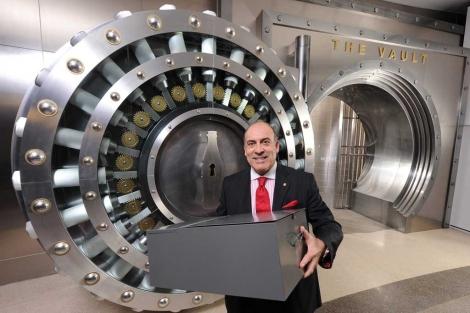 El presidente de Coca-Cola sostiene la caja de seguridad que contiene la fórmula secreta. | Efe