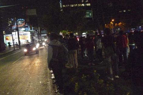 Los mexicanos han salido a las calles a oscuras tras el temblor.   Reuters