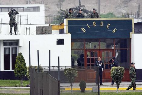Policías patrullan el lugar donde permanece recluído Alberto Fujimori. | Reuters