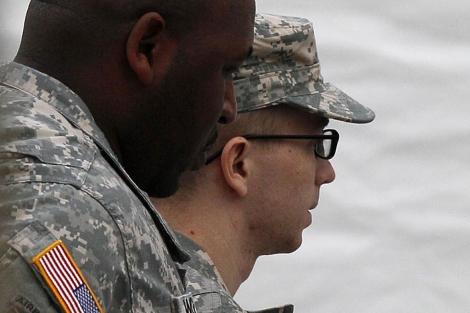 Manning (d) , escoltado a la segunda audiencia en Fort George Meade. | AP