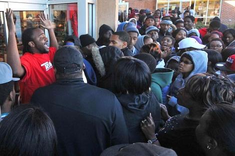 UNa multitud se agolpa en una tienda en Charlotte.   AP
