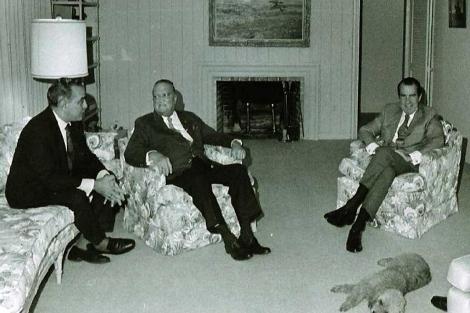 Richard Nixon (dcha), junto a J. Edgar Hoover (c) y Charles Rebozo.   Casa Blanca