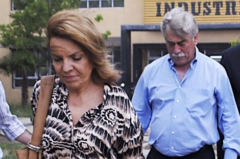 El gobernador Soria, tras su esposa, el pasado mes de noviembre. | Ap