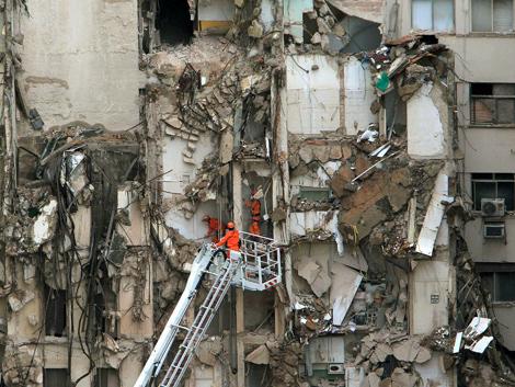Los equipos de salvamento trabajan en los escombros de los tres edificios. | Efe