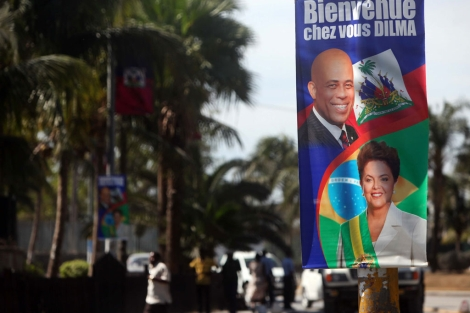 Un cartel anuncia la visita de la presidenta brasileña en Puerto Príncipe. | Efe