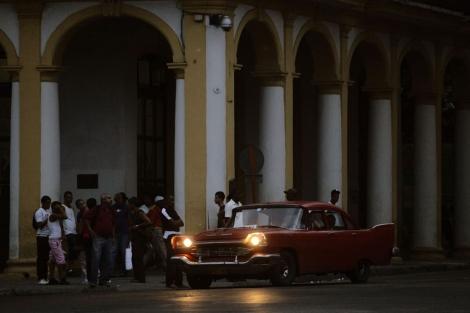 Varios jóvenes en La Habana.  Reuters