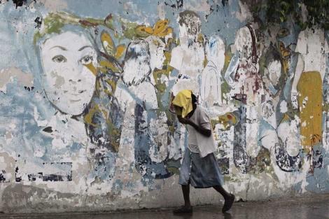 Una mujer pasea por La Habana.  Reuters