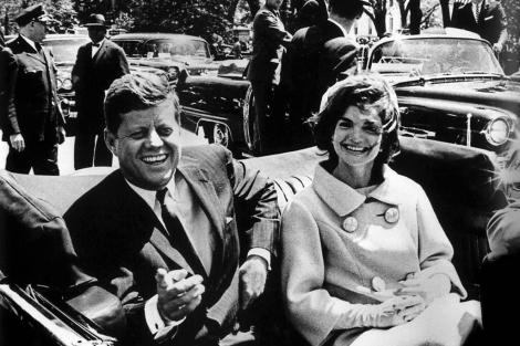 El presidente John Fitzgerald Kennedy junto a su mujer en un acto de 1961 en Washington.