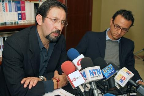 El periodista Juan Carlos Calderón (izq.) y su colega Christian Zurita. | Afp
