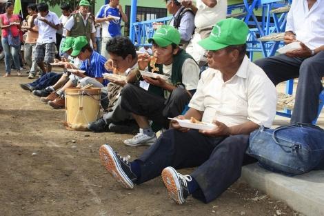 Los manifestantes haciendo un descanso para comer. | Organizaciones implicadas en la Marcha