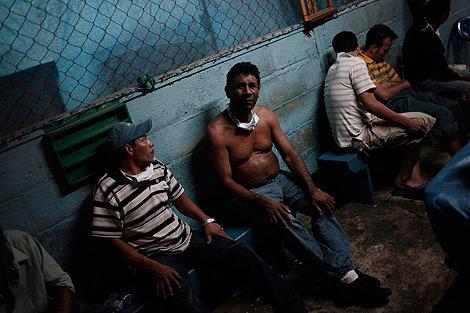 Presos que sobrevivieron al fuego en la cárcel de Comayagua. | Reuters
