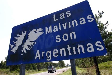 Un cartel en una carretera argentina reivindica la soberanía del país.| Reuters