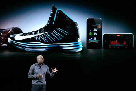 the latest 0aa86 4b72a El vicepresidente de Nike muestra uno de los nuevos modelos en Nueva York.   Afp