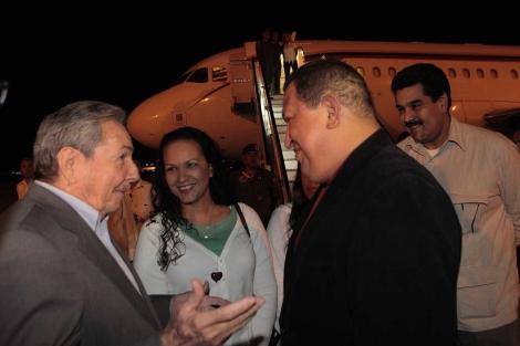 Chávez (d), junto a Raúl Castro (i) al llegar hace unos días a La Habana. | Afp