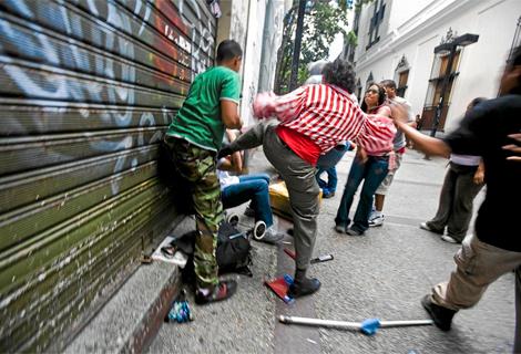 Una agresión en las calles de Caracas. | EL MUNDO