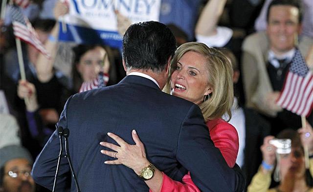 Romney abraza a su mujer en Boston, donde ha seguido el 'supermartes'.   Reuters