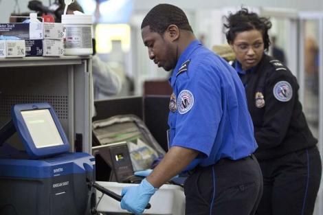 Agentes de policía y empleados de seguridad en el aeropuerto JFK.   Reuters