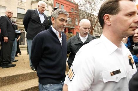 George Clooney, en el momento del arresto.| Reuters
