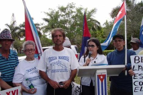Un grupo de exiliados protestan por la visita.  Efe