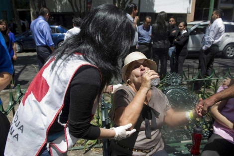 Una mujer es atendida tras el terremoto de este martes.| Afp