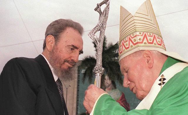 Fidel Castro junto al Papa Juan Pablo II, durante su visita a la isla en 1998.   Ap