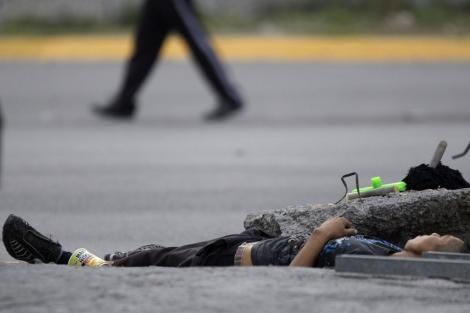 Un hombre muerto, en una de las calles de Monterrey. | Reuters