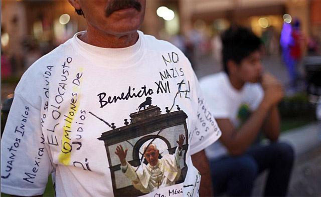 Un mexicano con una camiseta en contra de la visita del Papa. | Reuters
