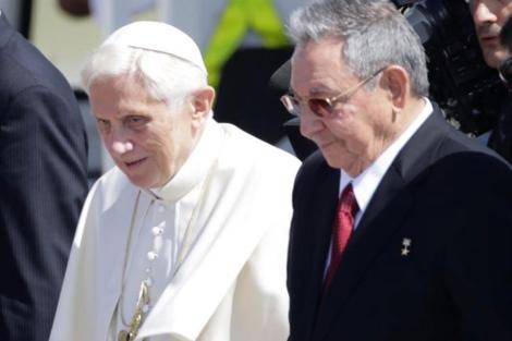 El pontífice Benedicto XVI, recibido por Raúl Castro.| Reuters