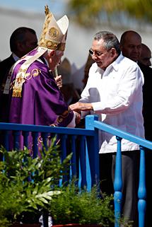 Benedicto XVI saluda a Raúl Castro. | Efe