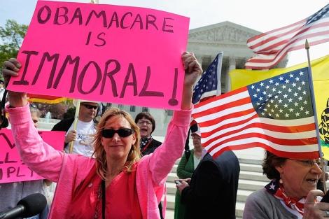 Manifestantes contrarios a la reforma sanitaria, ante el Supremo.   Reuters