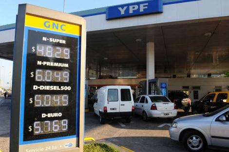 Gasolinera de YPF en Buenos Aires. | Afp
