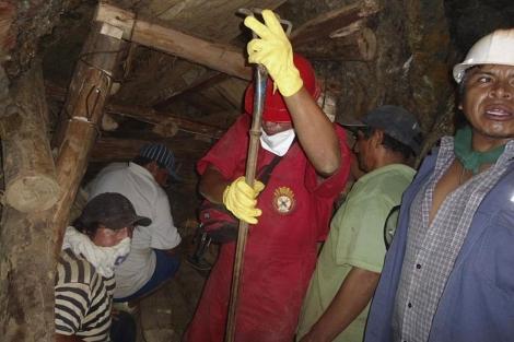 Construcción de estructuras para tratar de llegar a los mineros.  Reuters