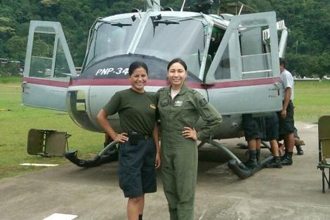 La capitana Nancy Flores (a la derecha), junto con su compañera de vuelo.   Agencia Andina