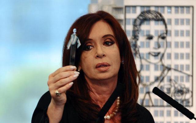 Cristina Kirchner muestra la primera extracción petrolera de Argentina.| Afp