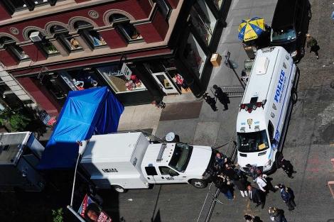 Despliegue de los agentes del FBI en el edificio donde buscan a Etan Patz. | Reuters