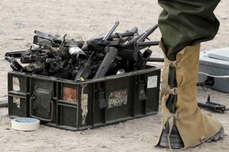 Una caja de armas custodiada por un soldado mexicano. | E. M.