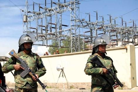 Los militares bolivianos custodian las instalaciones de la filial de Red Eléctrica. | Afp