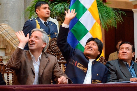 Morales (c), con su vicepresidente (i) y su ministro de Trabajo (d), este martes. | Efe