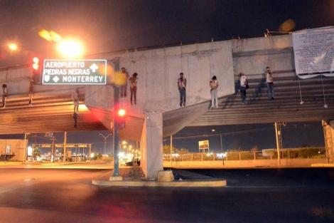 Los cadáveres en el puente.| Efe