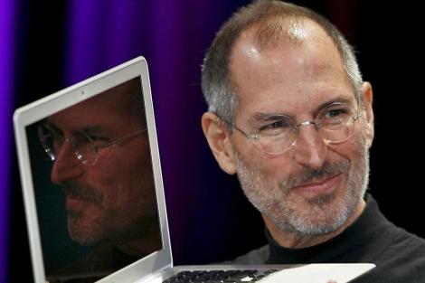 Steve Jobs con uno de sus ordenadores.| Afp