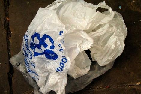 Bolsas de plástico tiradas en la acera.