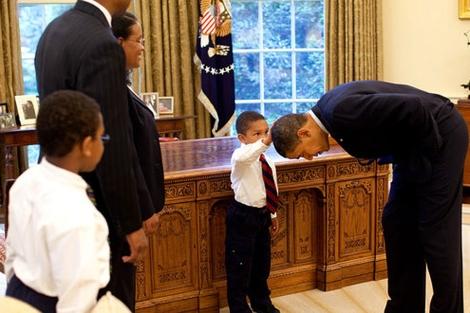El pequeño Jacob toca al presidente Obama en presencia de su familia.   Casa Blanca