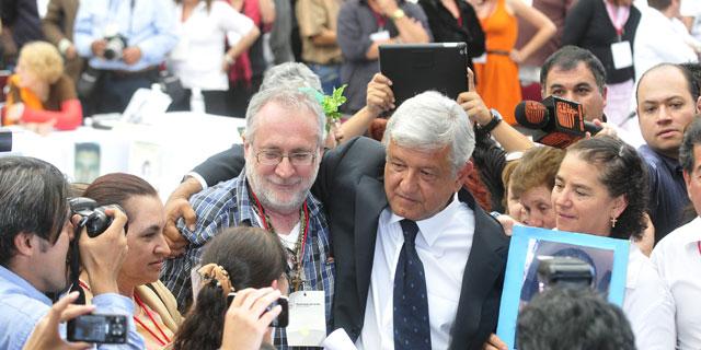 Andrés Manuel López Obrador, junto al poeta mexicano, Javier Sicilia. | Efe